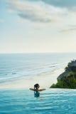 豪华旅游胜地 放松在池的妇女 夏天旅行假期 免版税库存照片