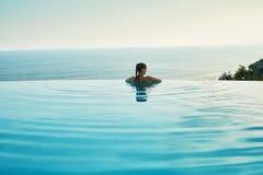 豪华旅游胜地 放松在池的妇女 夏天旅行假期 库存照片