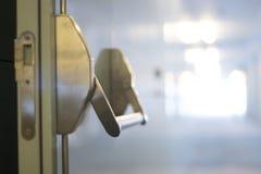 豪华旅馆卧室门 免版税库存照片