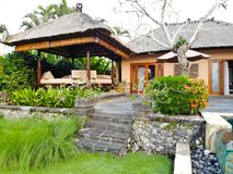 豪华旅馆和私有别墅与游泳场峭壁的边界的, 库存照片