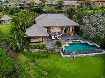 豪华旅馆和私有别墅鸟瞰图与游泳场看看法的峭壁和夫妇的边界的 库存照片