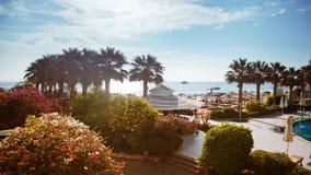 豪华旅馆外部和海滩海在明亮的天 免版税图库摄影
