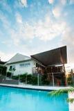 豪华旅馆或房子有一个水池的在蓝天下 库存图片