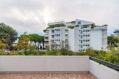 豪华旅馆手段阳台大阳台视图有庭院背景 免版税库存图片