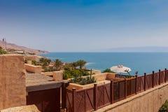 豪华旅馆手段TTop视图在死海海滩、蓝天和蓝色海背景的 库存图片