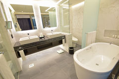 豪华旅馆有大理石概念的随员卫生间 免版税图库摄影