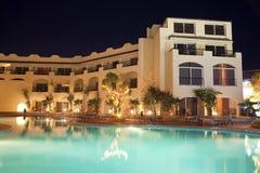 豪华旅馆池在晚上之前 免版税库存照片