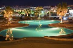 豪华旅馆池在晚上之前 免版税库存图片
