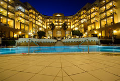 豪华旅馆池在晚上 库存照片