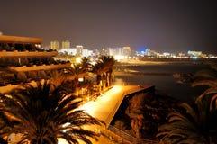 豪华旅馆的晚上照明在日落期间的 免版税库存图片