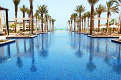 豪华旅馆的游泳池 免版税库存照片
