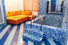 豪华旋涡浴缸在rehabilit的典雅的休息室 库存图片