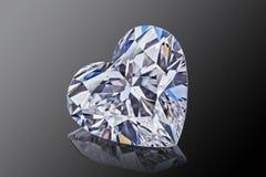 豪华无色的透明闪耀的宝石形状心脏切开了在黑背景的金刚石 免版税库存图片