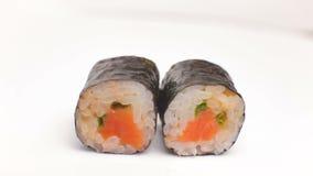 豪华日本餐馆厨师寿司介绍辣syake maki卷在白色滚动转动 股票视频