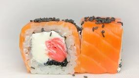 豪华日本餐馆寿司卷Otary maki的厨师介绍与新鲜的未加工的三文鱼、乳酪姜桃红色和tobiko的 影视素材