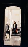 豪华时尚妇女下降的台阶存放Escada 库存照片