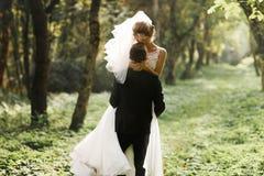 豪华时髦的年轻新娘和新郎在背景春天s 图库摄影