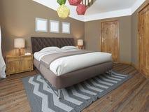 豪华明亮的卧室在顶楼 免版税库存图片