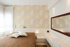 豪华明亮的卧室 免版税库存图片