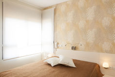 豪华明亮的卧室 免版税库存照片