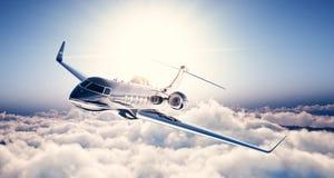 黑豪华普通设计私人喷气式飞机飞行照片在蓝天的 巨大的白色云彩和太阳在背景 事务 库存照片