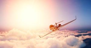黑豪华普通设计私人喷气式飞机飞行的图象在蓝天的在日出 巨大的白色云彩和太阳背景 免版税库存照片