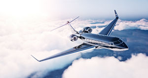 黑豪华普通设计私人喷气式飞机飞行的图象在蓝天的在日出 巨大的白色覆盖背景 事务 库存图片