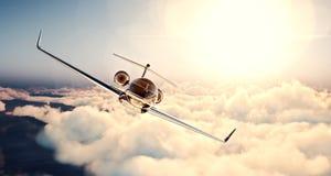 黑豪华普通设计私人喷气式飞机飞行的图象在蓝天的在日落 巨大的白色云彩和太阳背景 免版税库存图片