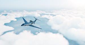 黑豪华普通飞行在地球的设计私人喷气式飞机照片  倒空与白色云彩的蓝天在背景 免版税图库摄影