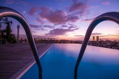 豪华有无限边缘的,清早,五颜六色的天空屋顶高级游泳场 库存照片