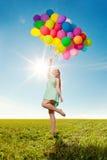 豪华有气球的时尚时髦的妇女在手中在领域 免版税库存照片
