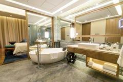 豪华有附加的卫生间的随员五星卧室 免版税图库摄影