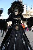 豪华服装的人们在威尼斯,意大利 2月` 13 免版税图库摄影