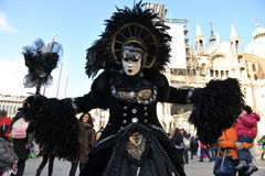 豪华服装的人们在威尼斯,意大利 2月` 13 库存照片