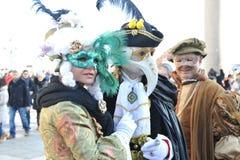 豪华服装的人们在威尼斯,意大利 2月` 13 免版税库存照片