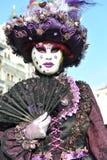 豪华服装的人们在威尼斯,意大利 2月` 13 免版税库存图片