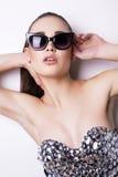 豪华束腰和太阳镜的性感的妇女 免版税库存图片