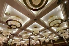 豪华枝形吊灯在xianglu盛大旅馆会议室  免版税图库摄影