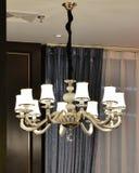 豪华枝形吊灯由被带领的电灯泡打开 免版税库存照片