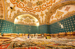 豪华样式的东方餐馆与dinning的集合、玻璃和波斯地毯在地板上 免版税库存图片