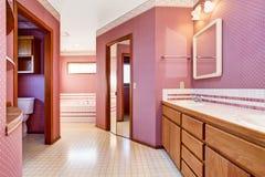豪华桃红色卫生间室内设计 免版税库存照片