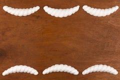 豪华框架由白色灰泥膏药制成,说谎在黑暗的木头 库存图片