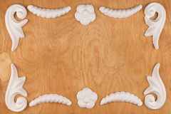 豪华框架由白色灰泥膏药制成,说谎在轻的木头 免版税图库摄影