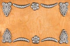 豪华框架由银色灰泥膏药制成,说谎在轻的木头 免版税库存照片