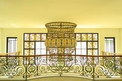 豪华楼梯和枝形吊灯 库存图片