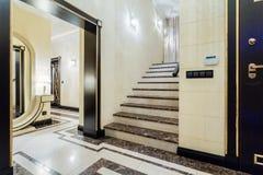 豪华楼梯在巴洛克式的房子里 库存图片