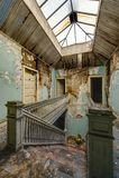 豪华楼梯&着陆与门&天窗-被放弃的公寓 库存照片