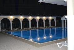 豪华水池的夜视图与专栏和曲拱的,反映在水 免版税库存照片