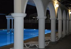 豪华水池的夜视图与专栏和曲拱的,反映在水 免版税库存图片