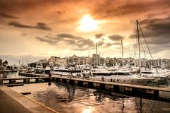 豪华汽艇和游艇在船坞 小游艇船坞Zeas,比雷埃夫斯,希腊 免版税库存图片